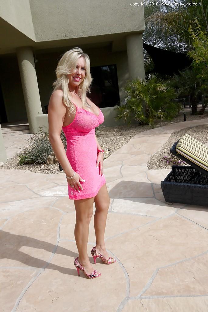 Белокурая мамаша с громадными буферами снимается без одежды у входа в гостиницу