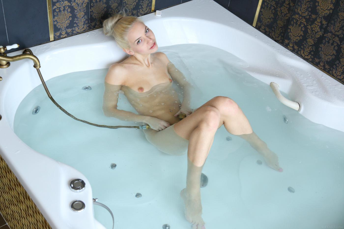 ошеломительная блондинка Vika D позволяет заглянуть в свою ванну, когда она моется