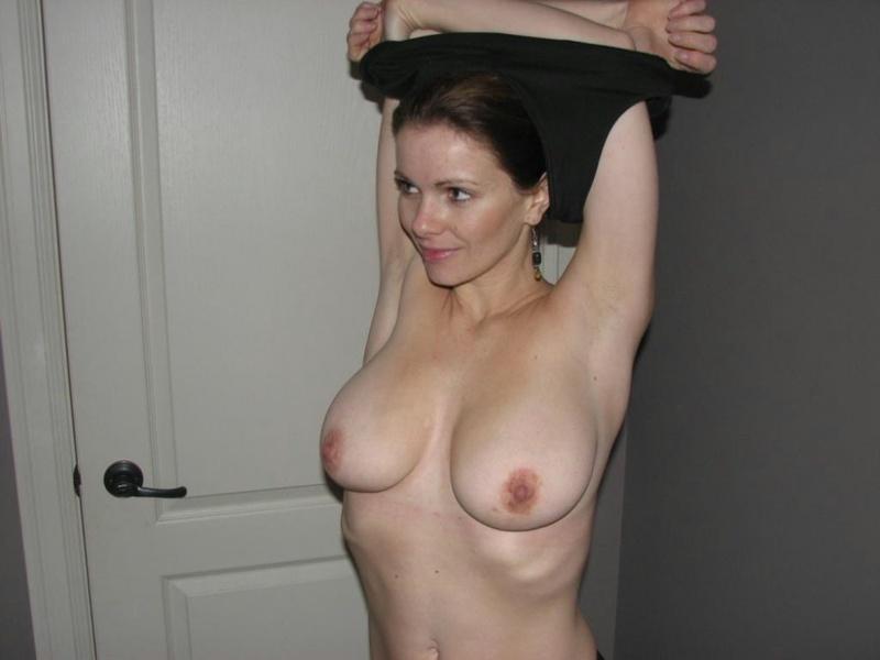 Она обожает резиновый пенис