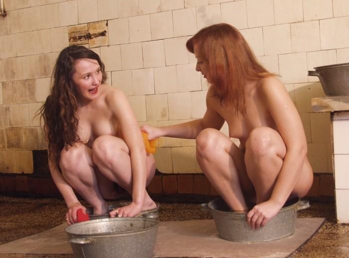 Кокетливые студентки моются в душе своего общежития