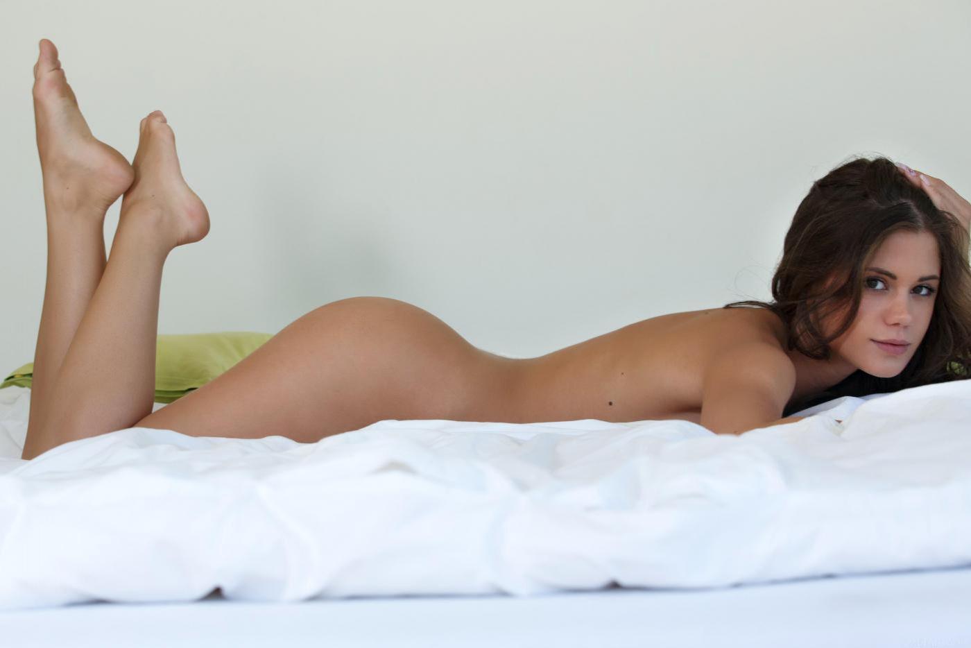 Сексуальная брюнетка с торчащими буферами Литл Каприс демонстрирует свою узкую бритую пилотку