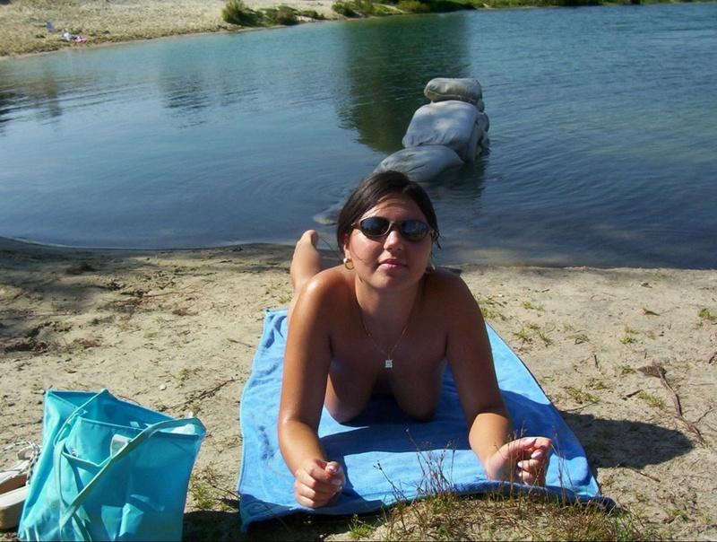 Бесстыдница лежит на солнышке обнаженной у водоема