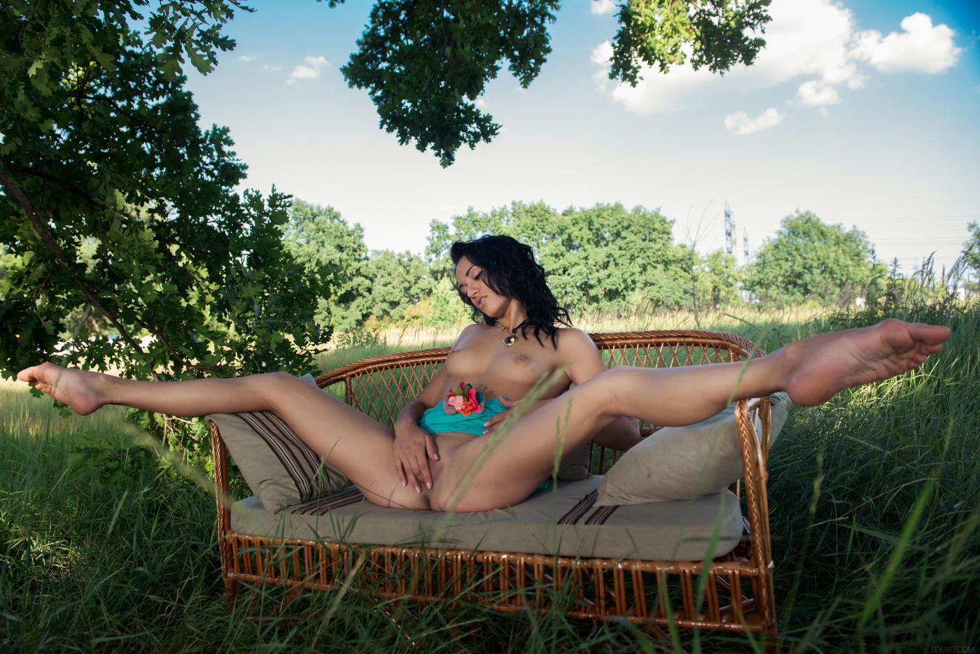 Сочная брюнетка-подросток Aprilia B на зеленом поле, развлекается с выразительной мандой