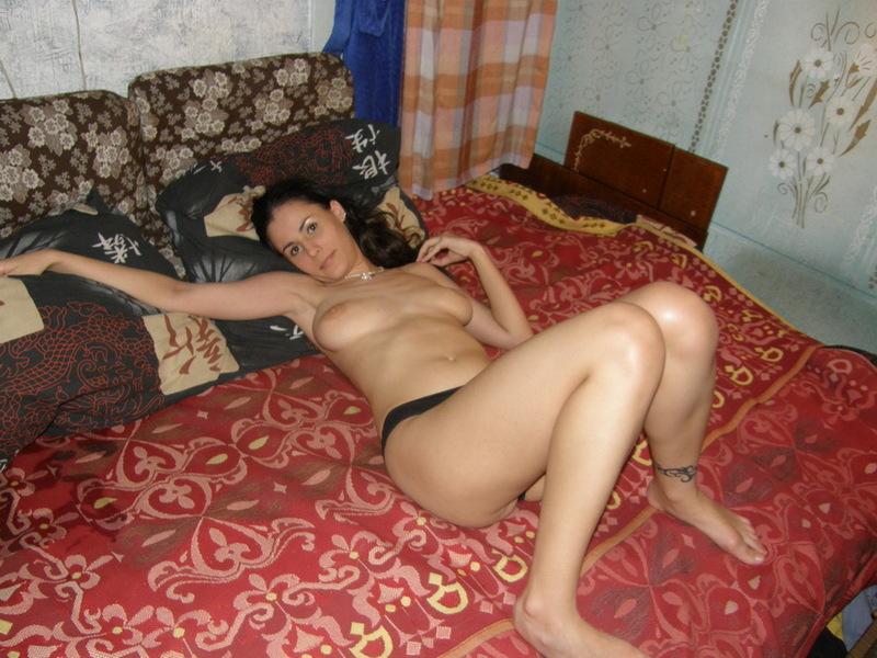 30летняя деваха из Новосибирска обнажается в постели