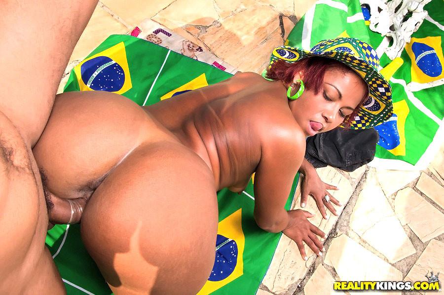 Жирная бразильянка трахается раком у бассейна