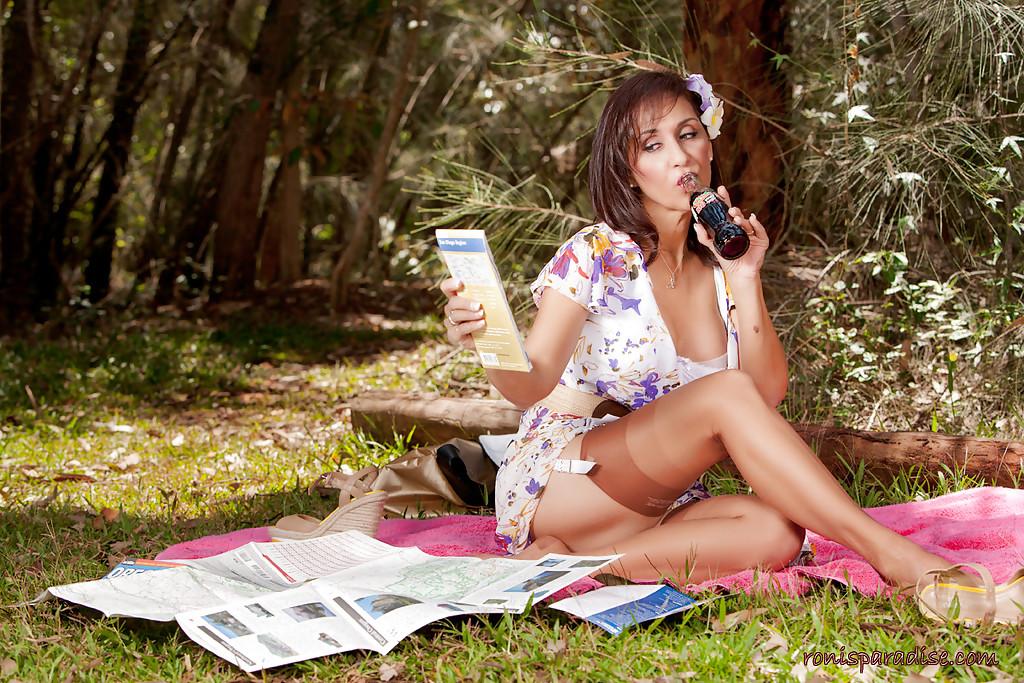 Сельская милашка дразнит своим туловищем на пикнике