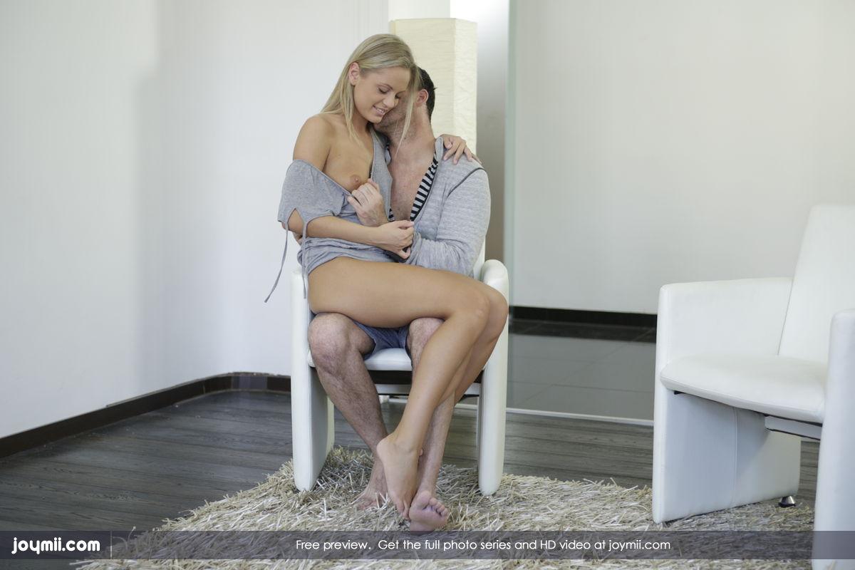 Сосед сначала порет Vanda Lust в ее сырую пизду, а потом сексуально ее берет в рот