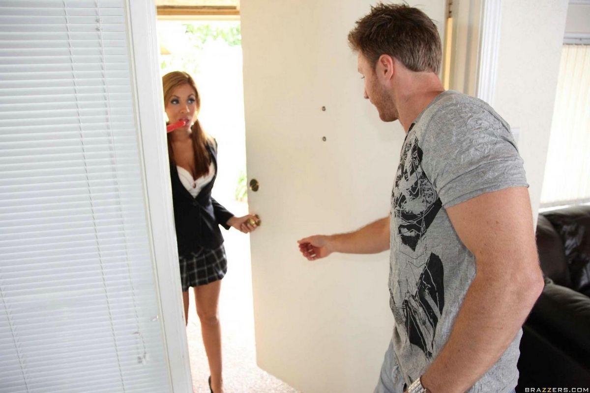 Латина-подросток с сексапильной грудью Isis Taylor дает выебать свою аппетитную бритую письку