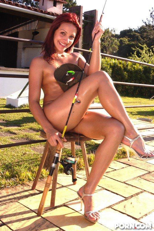 Подтянутая девушка латинской внешности с соблазнтельными ногами и мелкими дойками Agatha Cristine обожает красоваться голышом