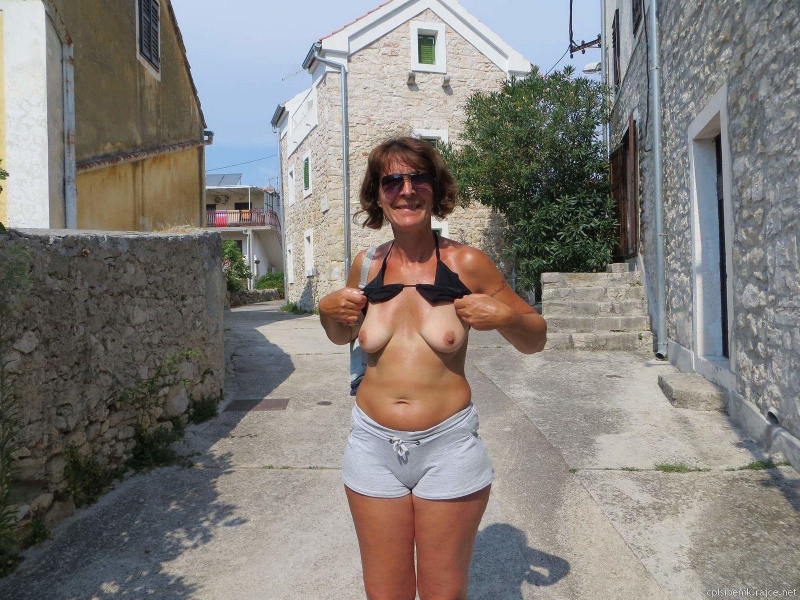 Немолодая хорватка пососала у незнакомца во время отпуска