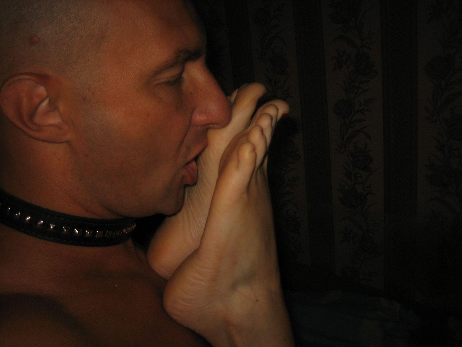 Самец с ошейником вылизывает стопы своей любовницы и ему доставляет огромное удовлетворение