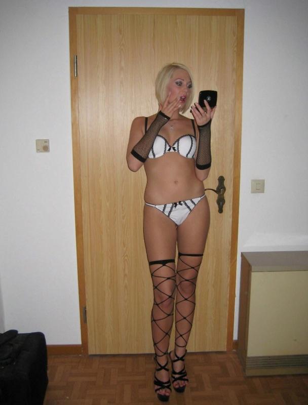 Блондинка в интимном белье возбуждено раздевается на камеру