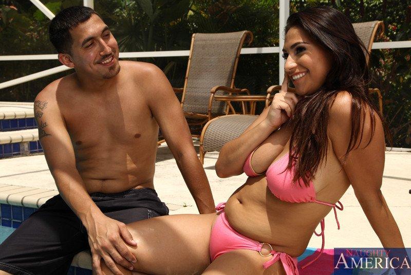 Титькастая девушка латинской внешности Rikki Nyx  лежит на солнышке у бассейна и манит паренька чтобы заняться сексом