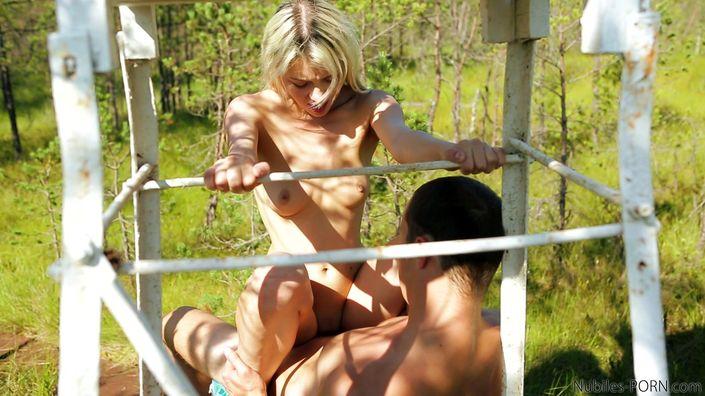Завел девушку в непроходимый лес и возбуждено трахает во сырую вульву