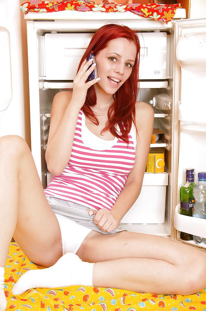 Худая деваха достала из холодильника самотык и засунула его в себя
