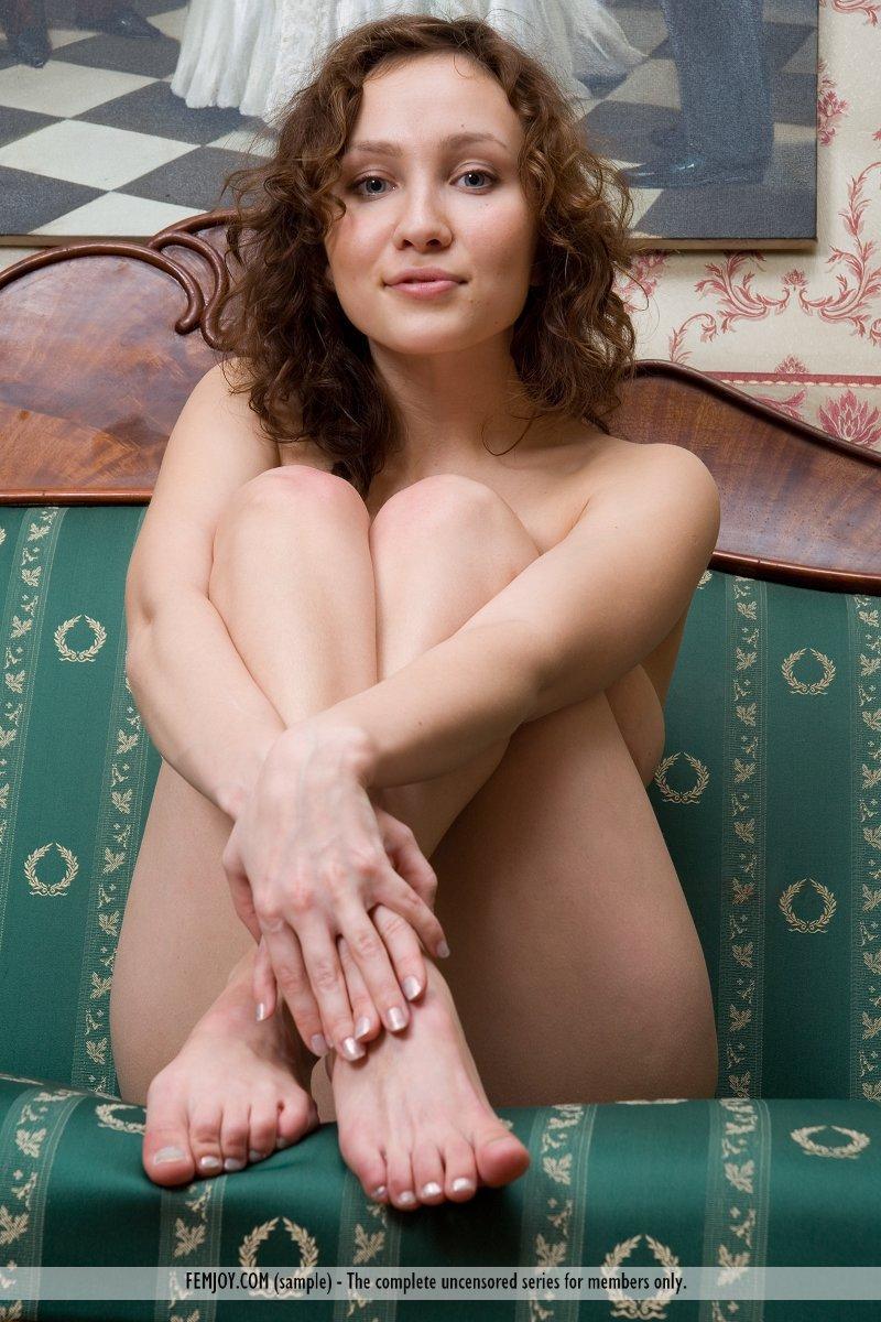 Обнаженная сисястая детка Edita Femjoy растопыривает ноги и показывает вкусную писю