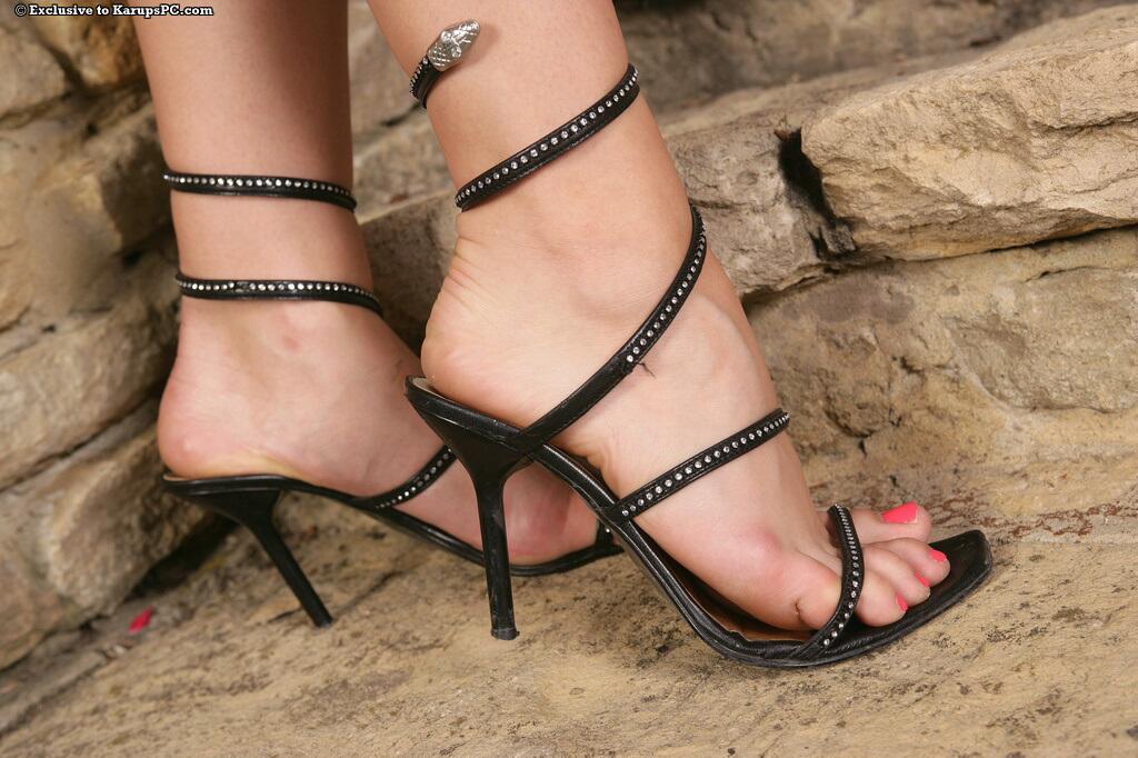 Тёмненькая Алетта Оушен разводит ноги на высоких каблуках