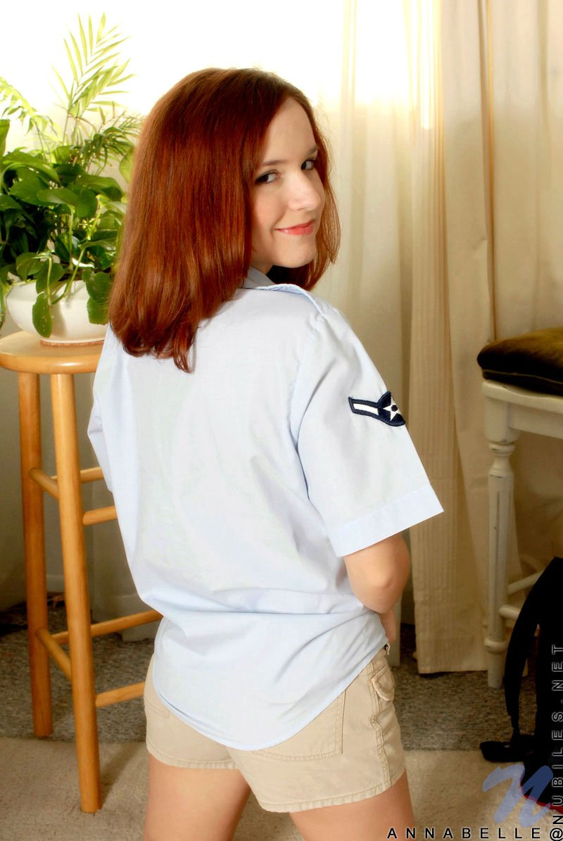 Рыжая Annabelle Lee расстегивает блузку и снимает шортики