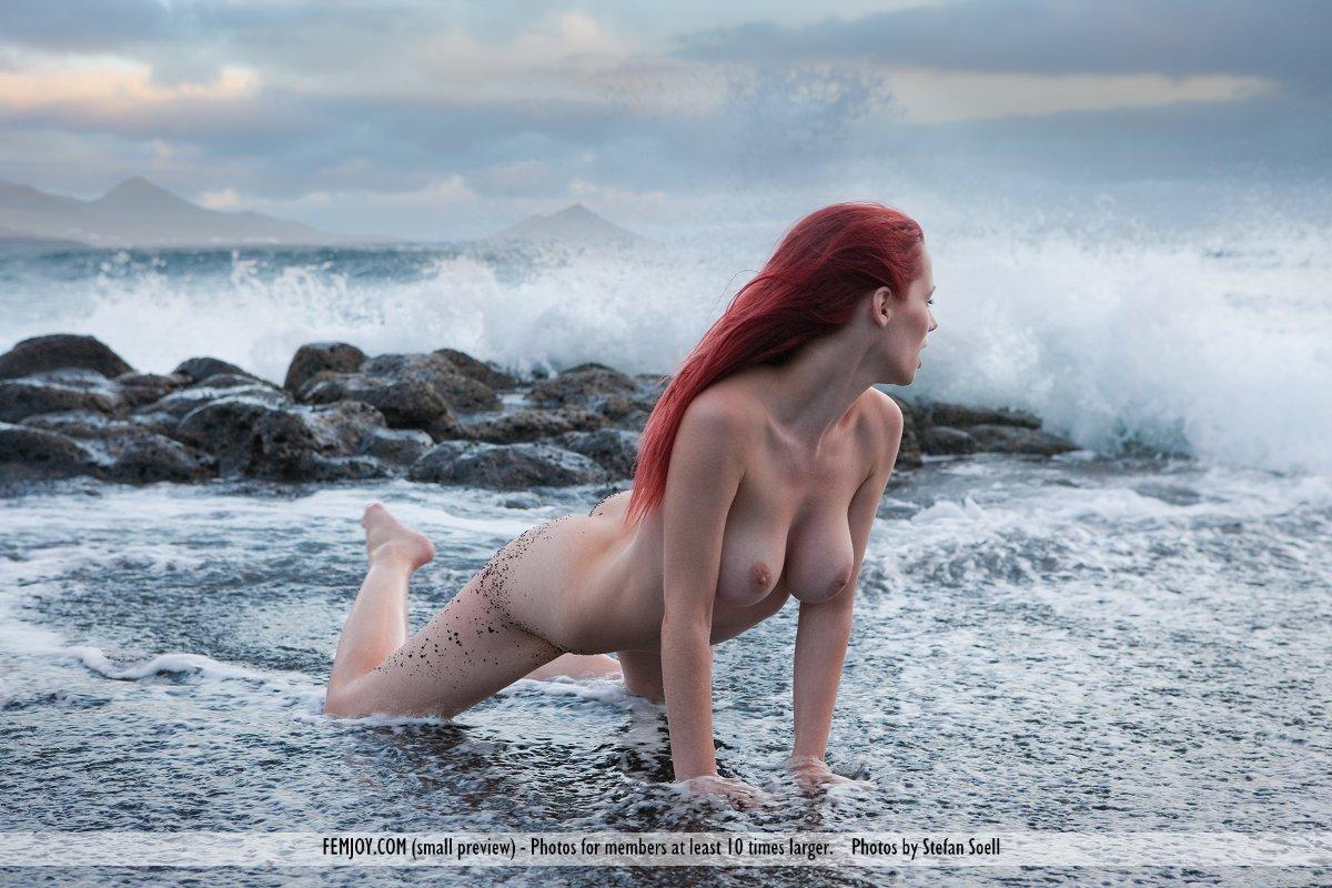 Титькастая рыжая красавица Piper Fawn снимает лифчик в безлюдном месте