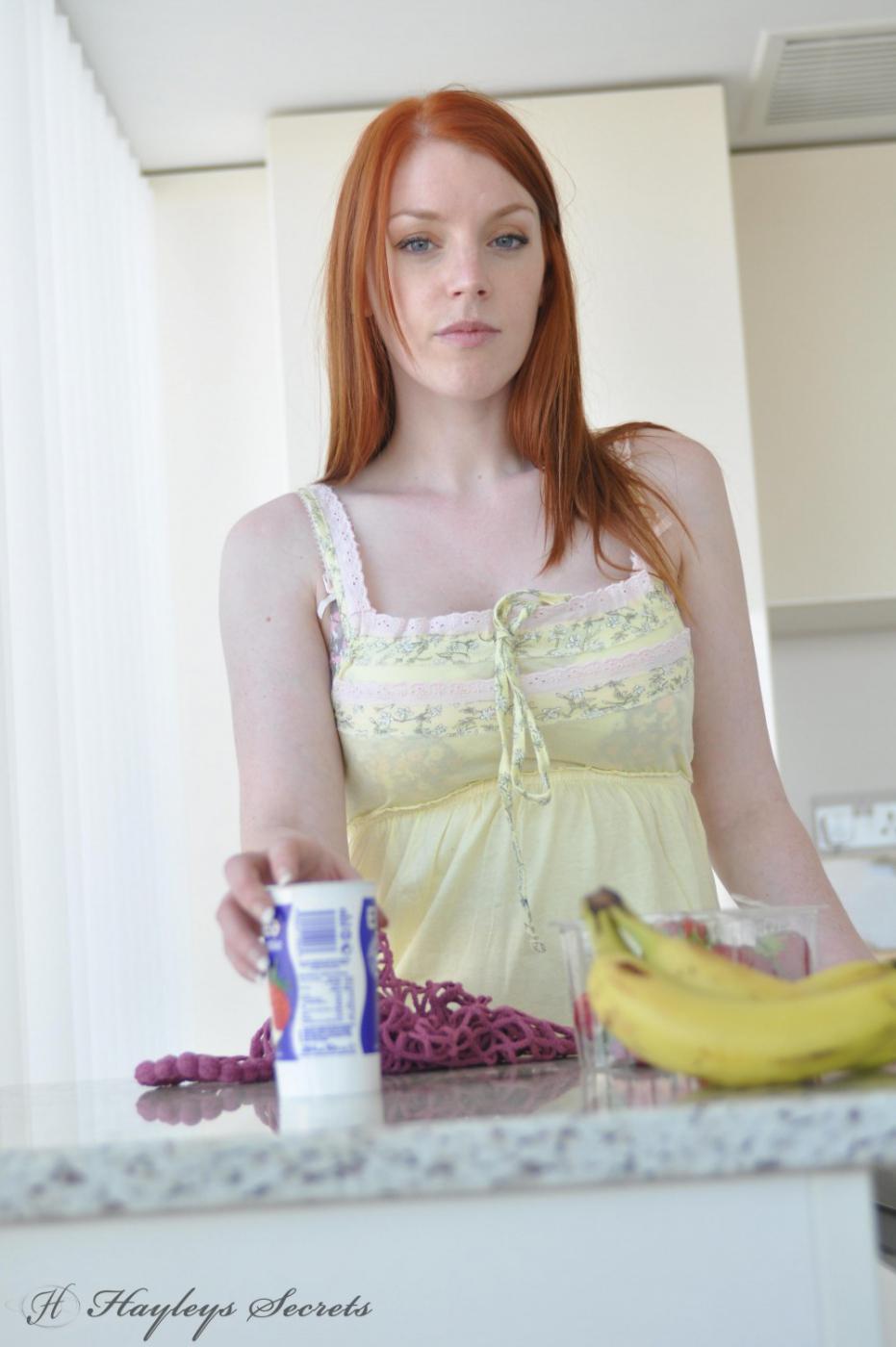Рыжая Fi Stevens пришла на кухню, чтобы снять бельё и пошалить с едой