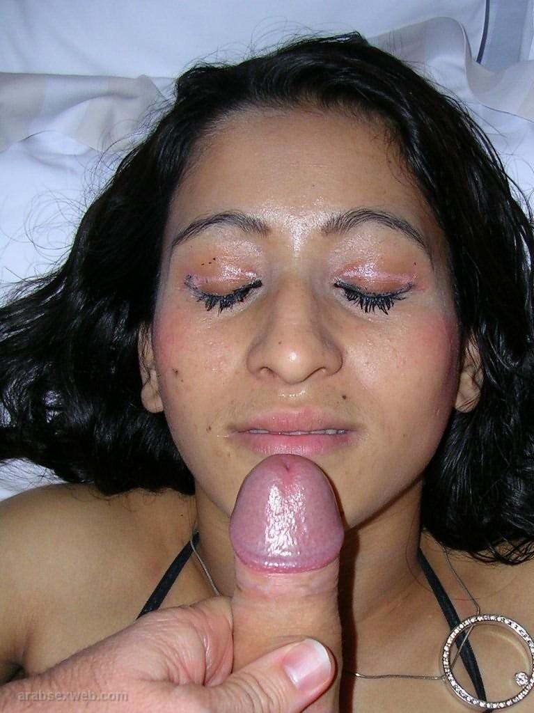Молоденькая марокканка берет в рот и принимает кончу на лицо