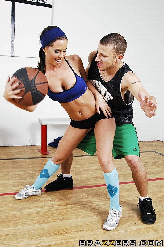 Титькастая баскетболистка Бренди Энистон предпочитает жесткую еблю спортивным играм