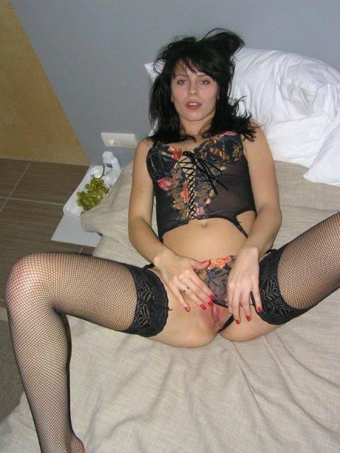 Русская русая порноактрисса демонстрирует свои аппетитные дыры в безлюдном месте и у себя в квартире