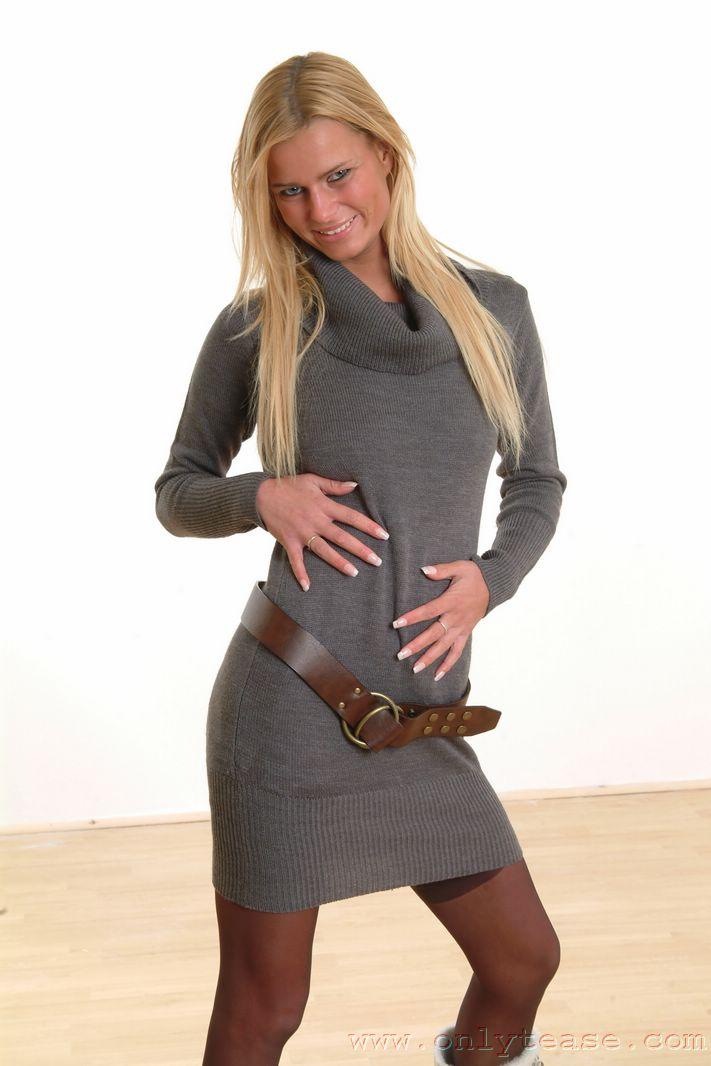 Ухоженная деваха с отвисшими дойками Linsey Onlytease стаскивает серое платье и светлое шелковое нижнее белье на деревянном полу