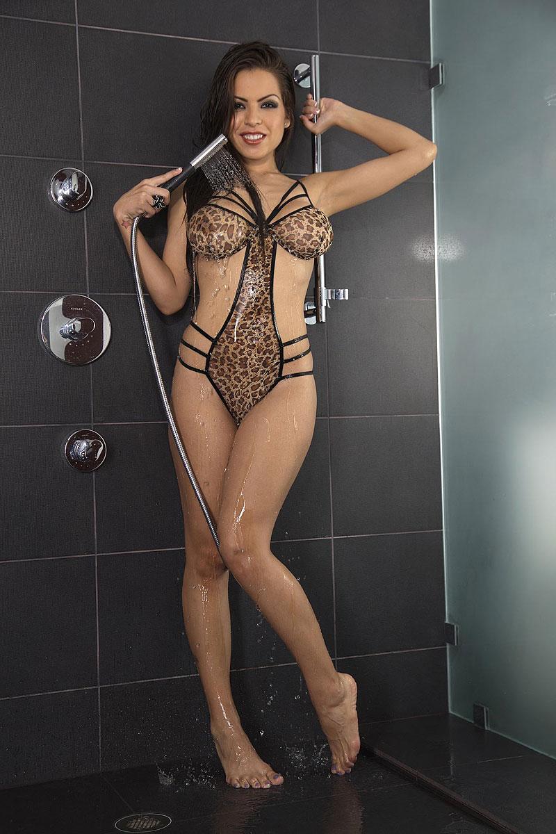 Изящная латинская девушка возбуждает гигантские сиськи в душе xxx фото
