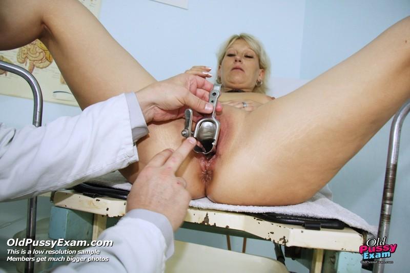 Опытный мужчина-гинеколог не только производит осмотр пациентке, но и доставляет ей наслаждение